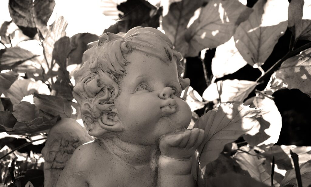 Angel Kiss Figure Sculpture  - neelam279 / Pixabay