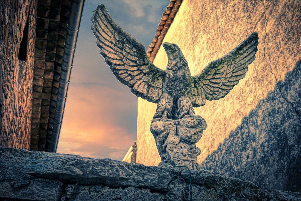 Bird Sculpture Stone Sculpture  - fietzfotos / Pixabay