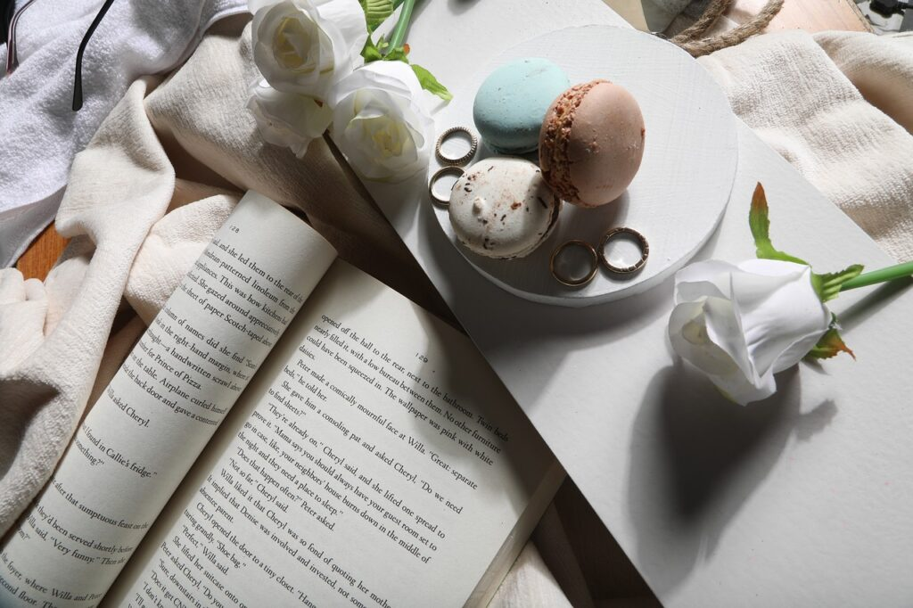 Book Macarons Roses Reading  - yogendras31 / Pixabay