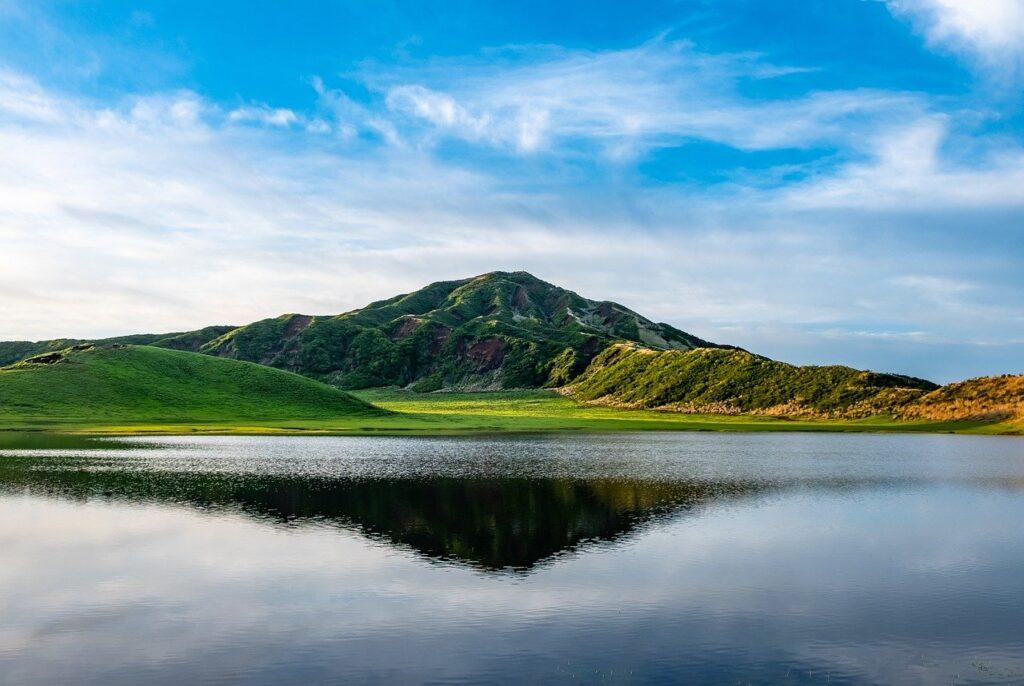 Caldera Lake Mountain Water  - DeltaWorks / Pixabay