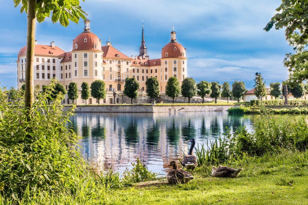 Castle Moated Architecture  - MandrillArt / Pixabay