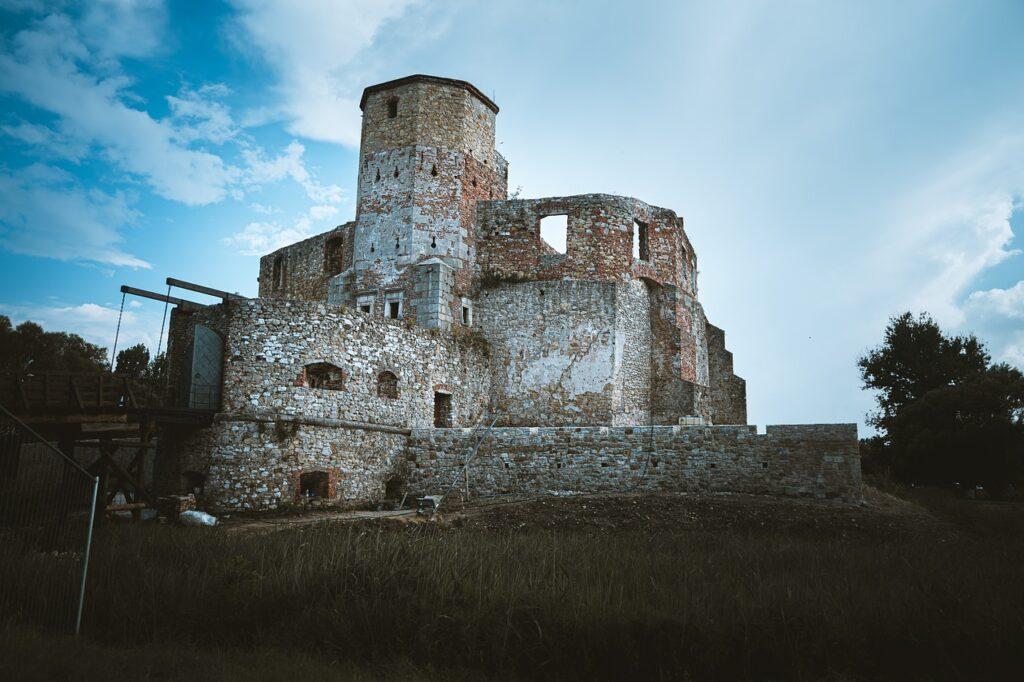 Castle Ruins Old Abandoned  - Peszmek / Pixabay