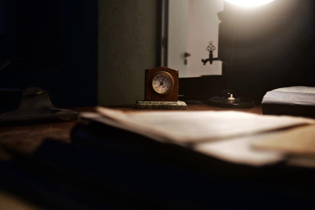 Clock Alarm Clock Small Clock  - PiotrZakrzewski / Pixabay