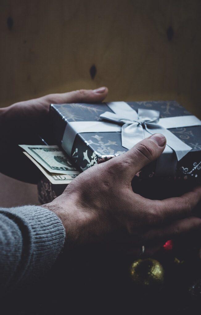 Gift Money Cash New Year S Eve  - ymkaaaaaa / Pixabay