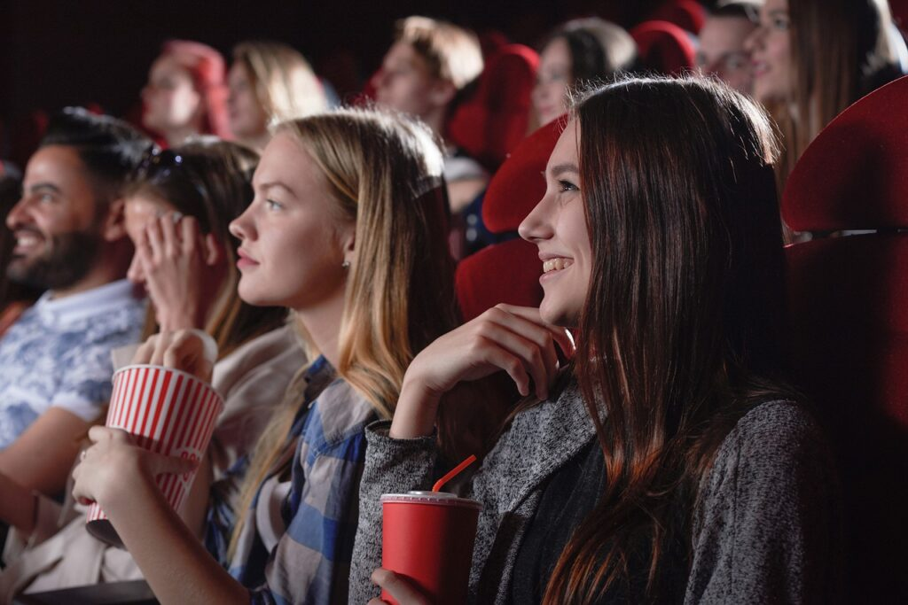 Girls Friends Movie Theater Gang  - Amitkrsocial / Pixabay
