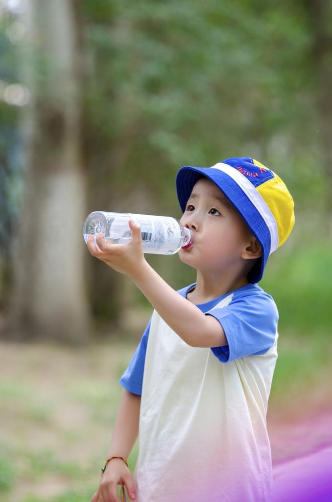 Kid Drinking Outdoors Child  - Adam364593133 / Pixabay