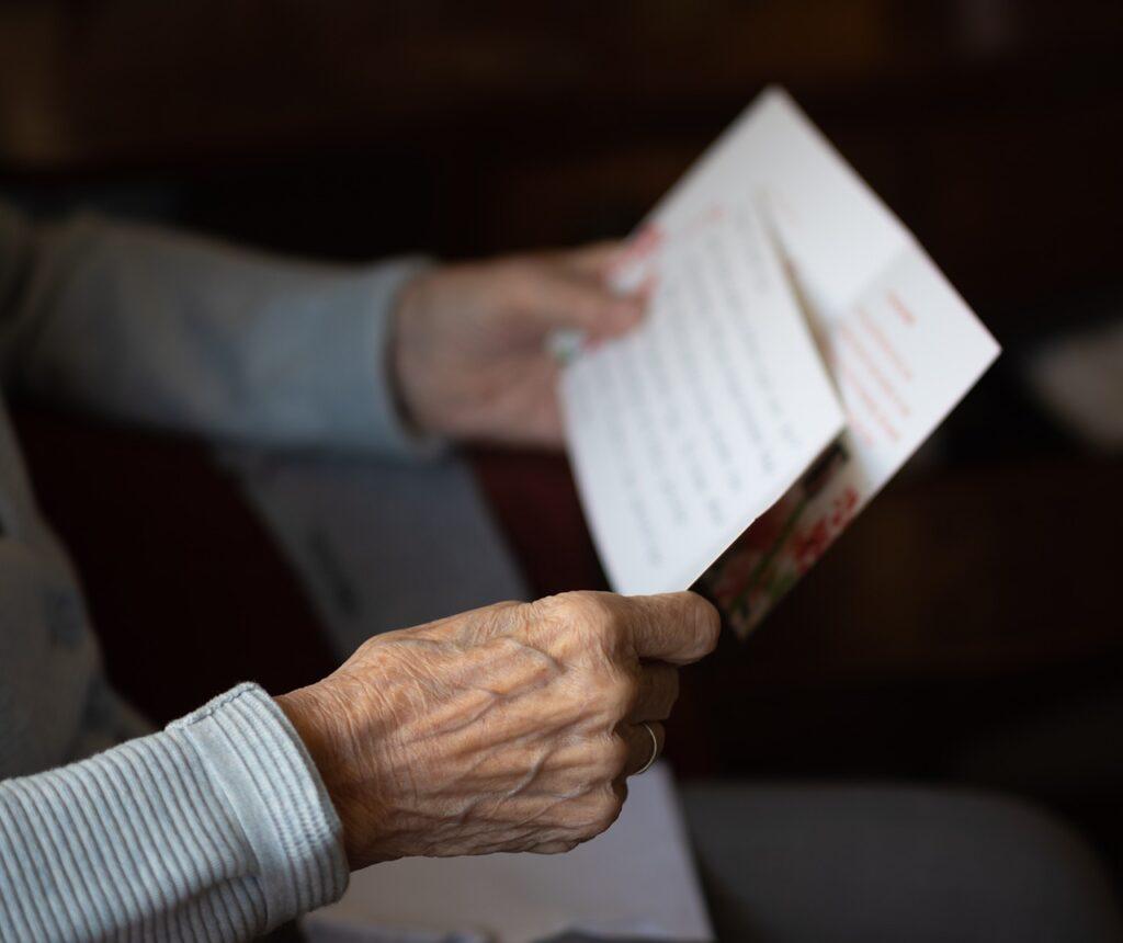Letter Postcard Read Elderly  - sabinevanerp / Pixabay