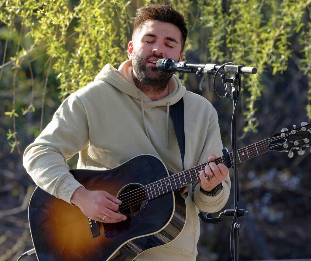 Man Guitar Singing Mic Microphone  - icsilviu / Pixabay