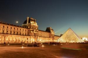 Museum Pyramid Facade Illuminated  - pignatta / Pixabay