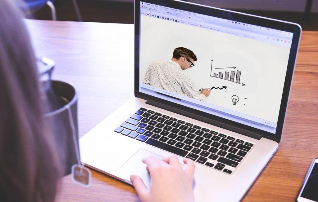 Online Class Course Teacher Laptop  - Tumisu / Pixabay