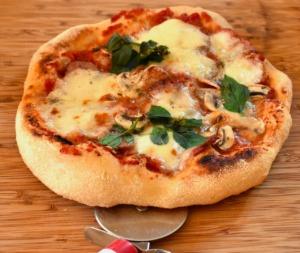 Pizza Neapolitan Family Basil  - Mrdidg / Pixabay
