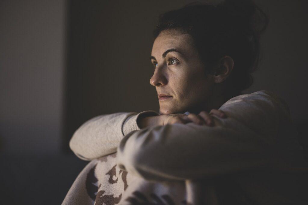 Portrait Woman Watch Watching Tv  - Engin_Akyurt / Pixabay