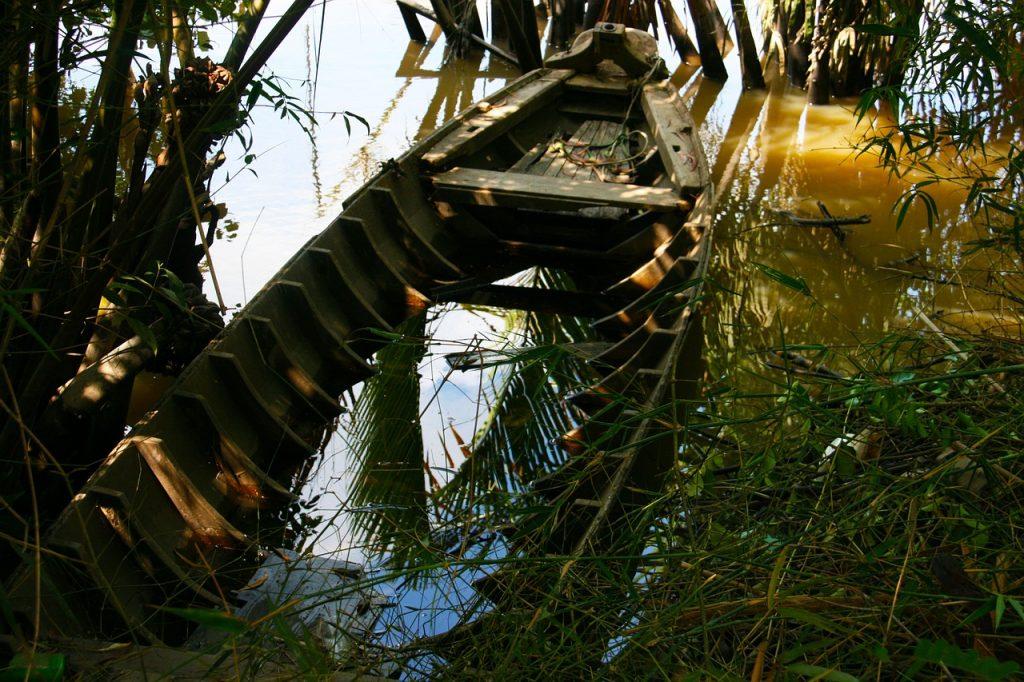Sunken Boat Jungle Abandoned Boat  - terimakasih0 / Pixabay