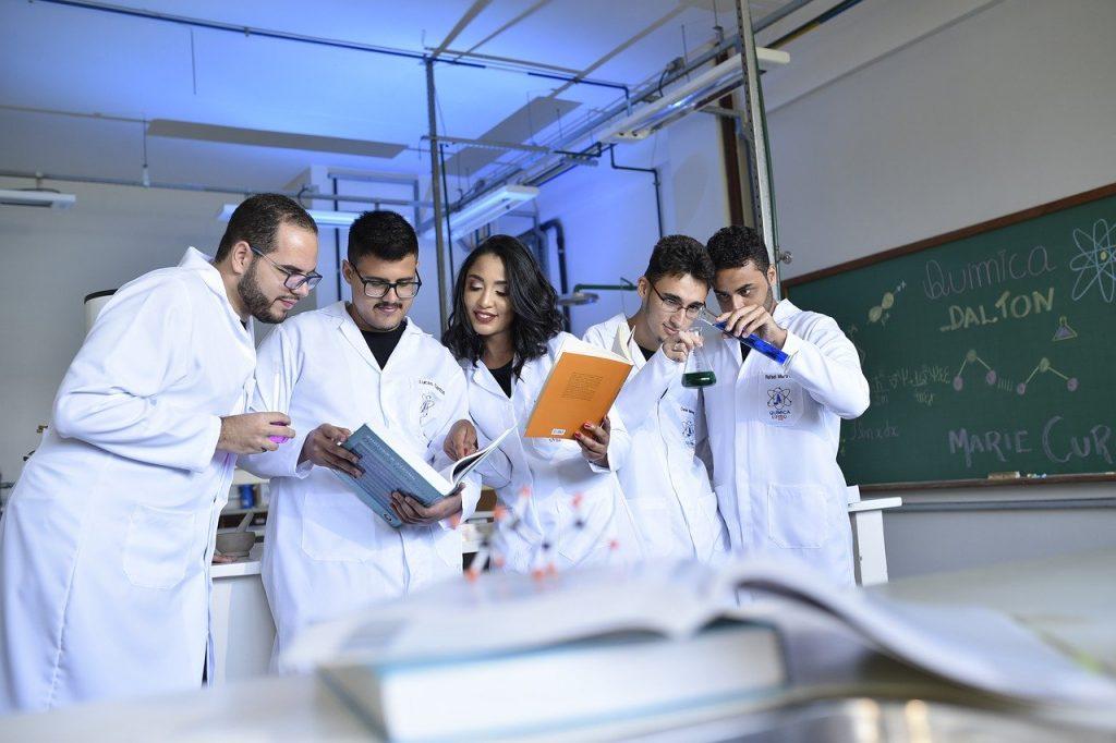Teachers Scientists Chemists  - mauriciodonascimento / Pixabay