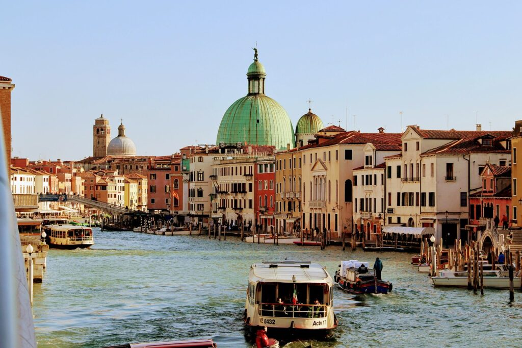 Venice Canal Boat Channel  - GreenvalleyPictures / Pixabay