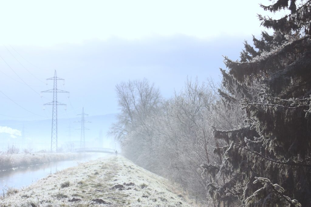 Winter Canal Powerlines  - sun_in_shadow / Pixabay
