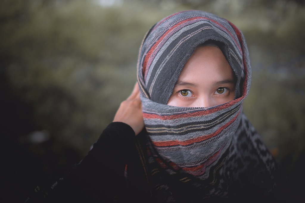 Woman Hijab Ikat Blanket Portrait  - Senja夕暮れ / Pixabay