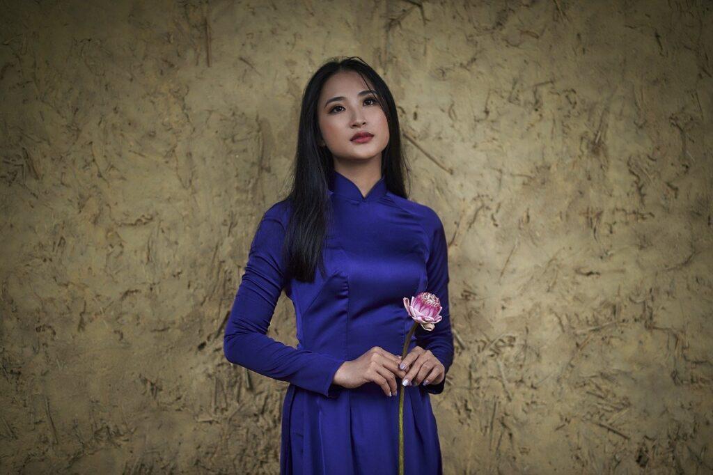 Woman Model Dress Flower Pose  - TieuBaoTruong / Pixabay